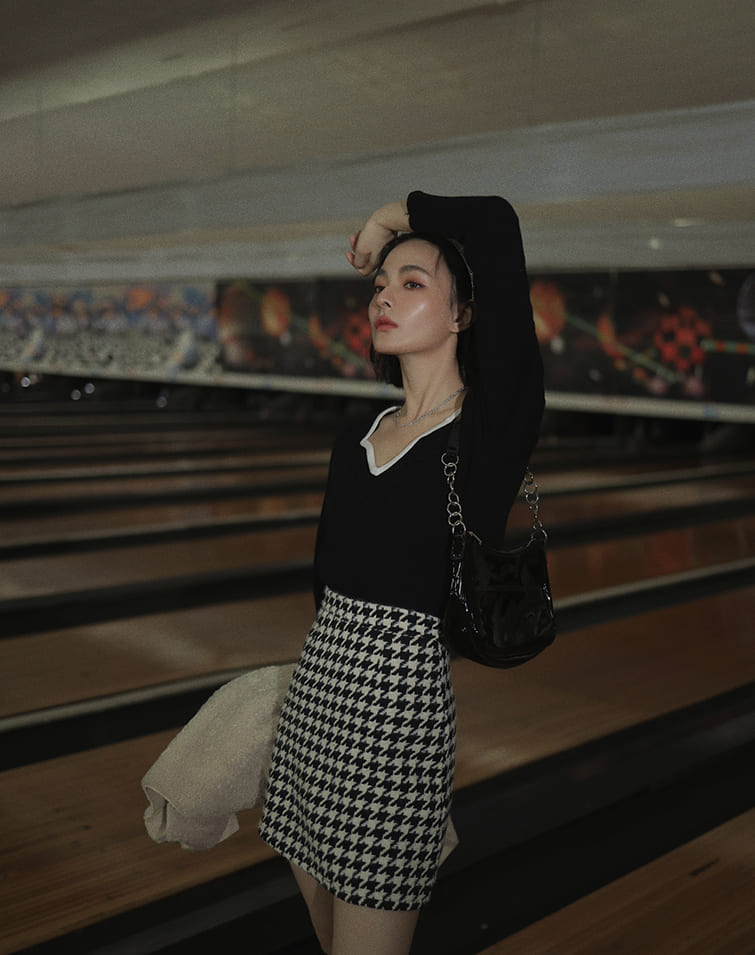 CONTRAST PIPING HEART COLLAR KNIT TOP